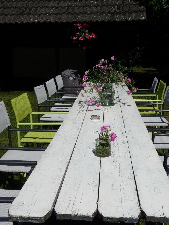 Familietafel in de tuin